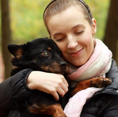 Dlaczego warto adoptować starszego psa?
