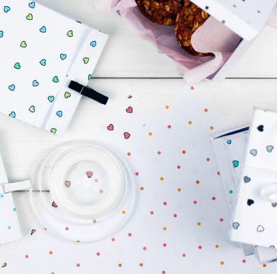 Opakowania w kropki i w serduszka do wydruku (pudełka, torebki, papier)