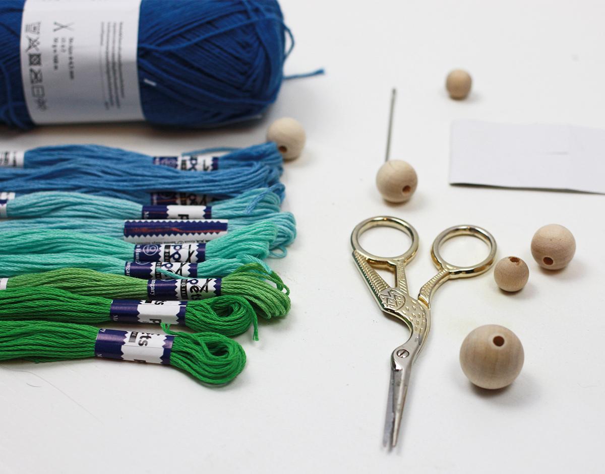DIY: kolorowa ozdoba z pomponów