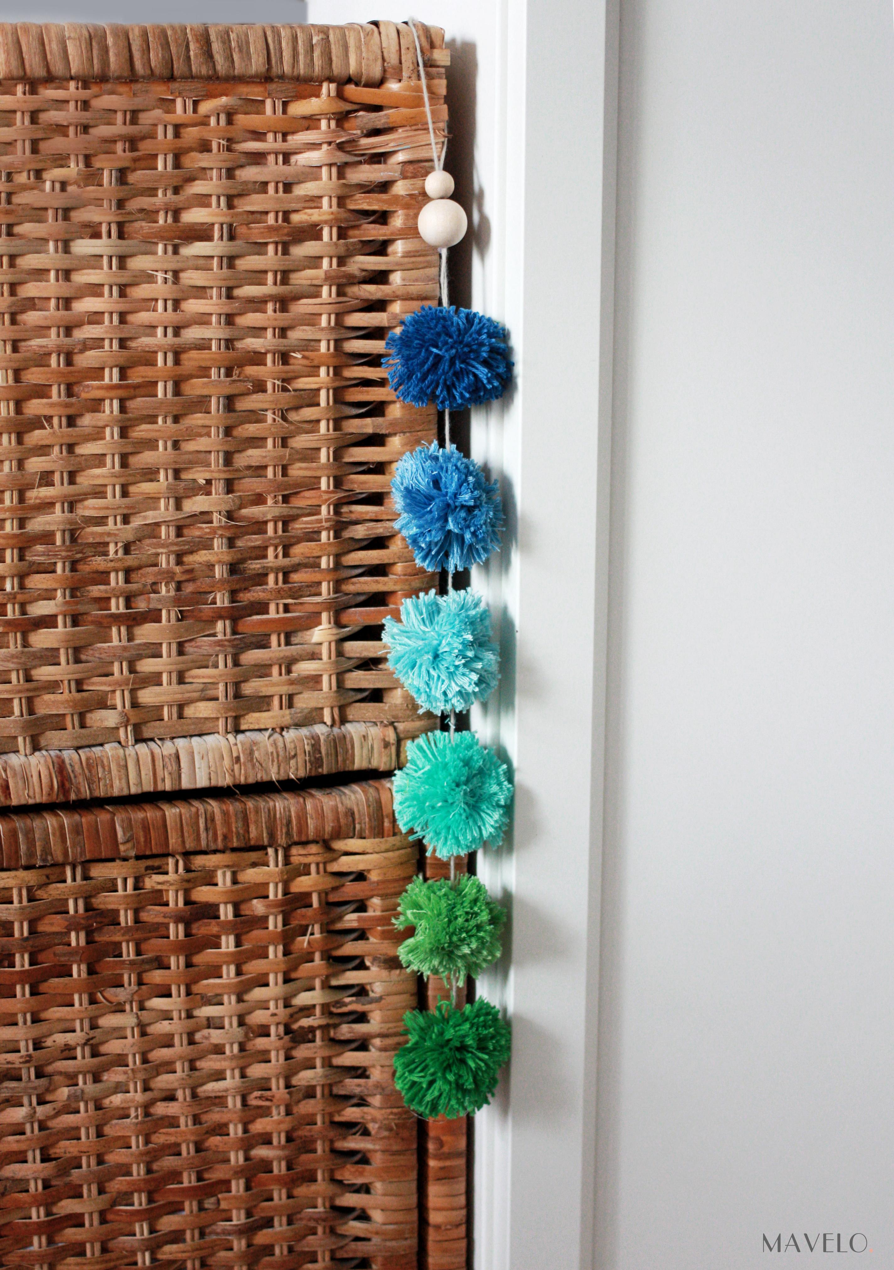 DIY: dekoracja z pomponów