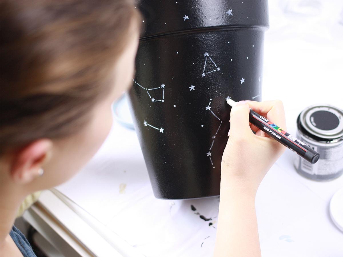 DIY: Czarna doniczka w konstelacje, malowanie doniczek